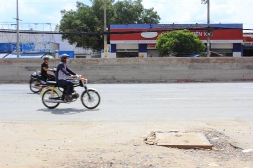 Bức tường ngay giữa tim đường cao hơn 1 m, ngang đầu người lái xe máy