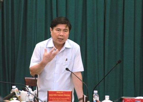 Ông Nguyễn Thành Phong, Chủ tịch UBND TP chỉ đạo tại buổi làm việc với các sở, ngành về dự án chống ngập trên đường Kinh Dương Vương, quận Bình Tân, TP HCM