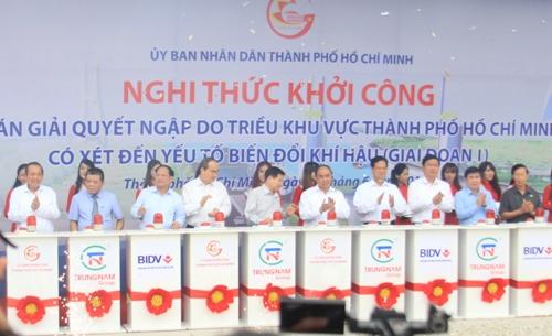 Thủ tướng Chính phủ Nguyễn Xuân Phúc cùng lãnh đạo TP thực hiện nghi thức bấm nút khởi công dự án