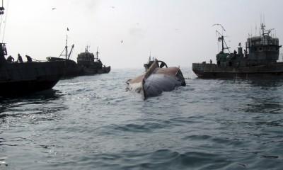 Chiếc tàu cá Trung Quốc bị chìm ngoài khơi đảo Gageo ngày 27-1. Ảnh: AP