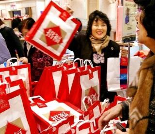 Túi quà may mắn đầu năm ở Nhật Bản Ảnh: luxuo.com