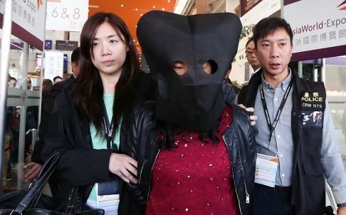 Người phụ nữ bị nghi ăn cắp kim cương. Ảnh: SCMP