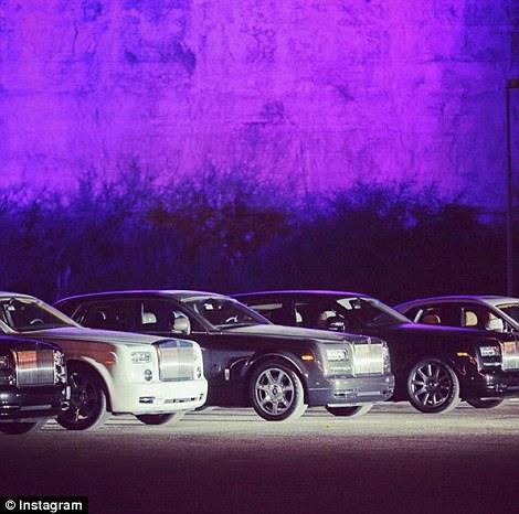 Dàn siêu xe Rolls Royce hộ tống nhà Henry đến bữa tiệc.