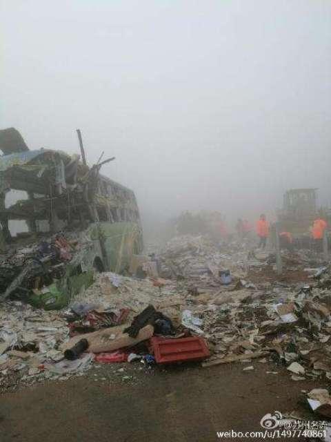 Chiếc xe buýt bị phá hủy hoàn toàn. Ảnh: Weibo