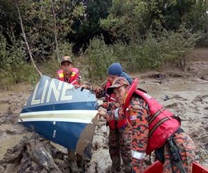 Một mảnh vỡ của chiếc trực thăng chở quan chức Malaysia mất tích. Ảnh: BERNAMA