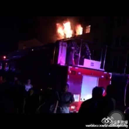 Xe chữa cháy được triển khai tới hiện trường. Ảnh: WEIBO