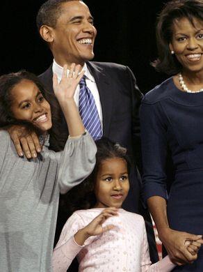 Cả nhà ông Obama trong một cuộc vận động năm 2008, khi ông vẫn là ứng cử viên sáng giá cho ghế tổng thống. Ảnh: AP