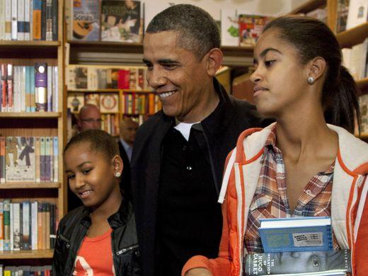 Tổng thống Obama đi mua sách cùng 2 con gái tại Washington vào cuối năm 2011. Ảnh: AP