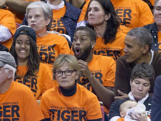 Malia Obama xem bóng rổ cùng anh họ Avery Robinson trong khi ông Obama chăm chú nhìn con gái hồi tháng 3-2015. Ảnh: USA Today