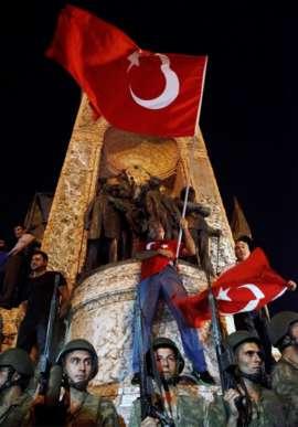 Tổng thống Recep Tayyip Erdogan kêu gọi mọi người xuống đường để phản đối các cuộc nổi dậy. Ảnh: EPA