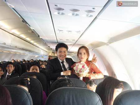 Cô dâu và chú rể trên chuyến bay từ Quảng Ngãi về Hà Nội.
