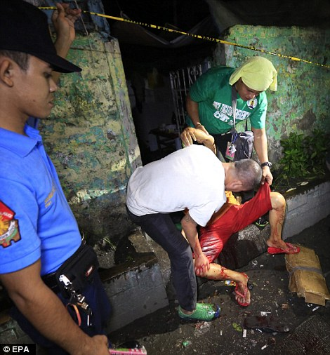 Cảnh sát tiến hành tiêu diệt tội phạm ma túy ở TP Malabon, phía Đông Manila. Ảnh: EPA