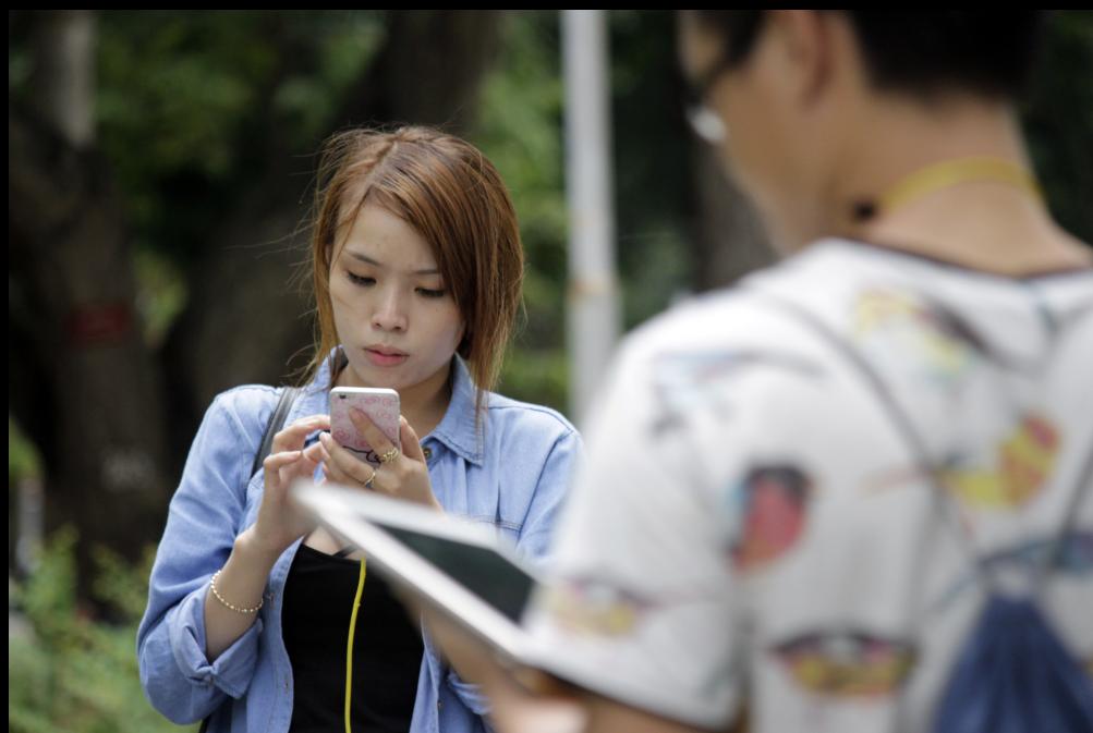 Mới 6 giờ sáng, tại công viên Tao Đàn (quận 1), hàng trăm game thủ đã có mặt, đứng ngồi hoặc bước đi lững thững khắp các góc công viên, im lặng, chăm chăm nhìn vào điện thoại và vuốt màn hình cảm ứng chơi game Pokemon Go.