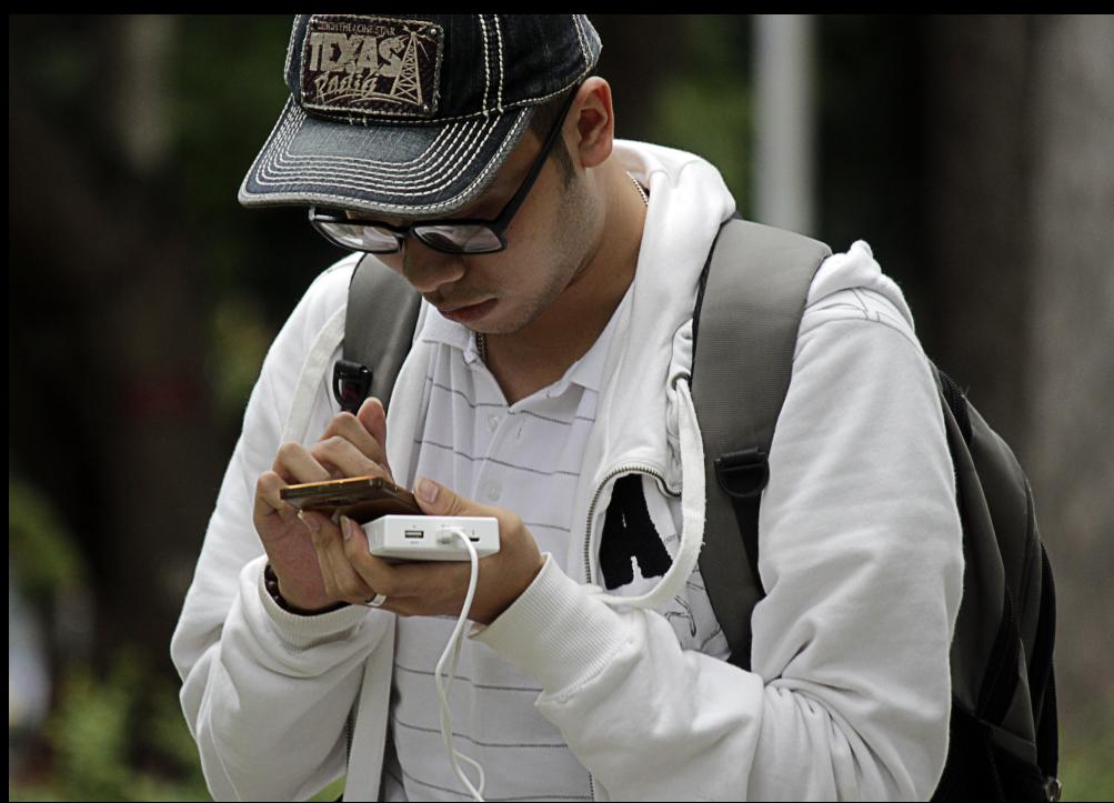 Nhiều người chuẩn bị kỹ lưỡng cục sạc dự phòng để có thể đi săn Pokemon trong thời gian dài. Anh Nguyễn Tiến Tuấn nói: Sáng nay mình có mặt tại công viên Tao Đàn sớm, dự định sẽ đi bắt Pokemon tới chiều tối để lên được level 18.