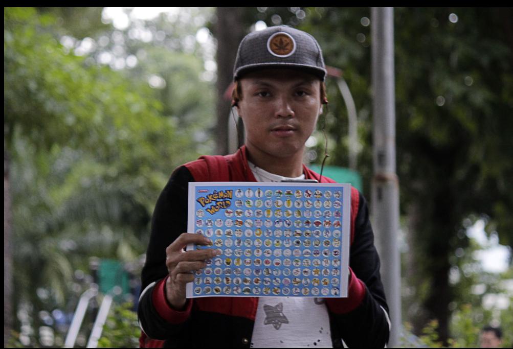 Anh Huỳnh Trung Hiếu còn chuẩn bị cả bảng danh sách Pokemon để săn bắt. Anh Hiếu phấn khởi cho biết đã bắt được hơn 100 Pokemon trong tổng số 300 con mà nhà sản xuất vừa tung ra.