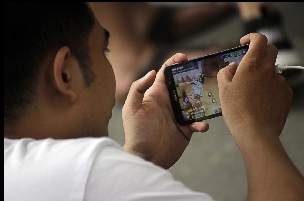 Các game thủ dán chặt mắt vào màn hình, cố gắng bắt được nhiều Pokemon để tăng lên cấp cao hơn. Thi thoảng, nhiều người lại rộ lên vài tiếng xuýt xoa, tiếc nuối khi bắt hụt hoặc reo lên mừng rỡ khi bắt trúng Pokemon.