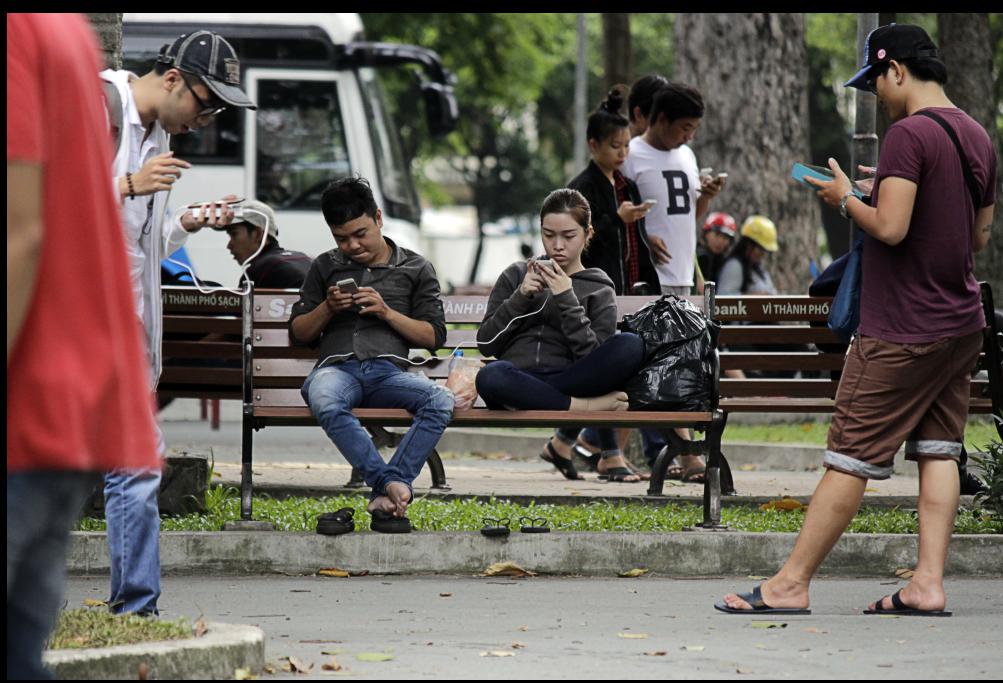 Các cặp đôi, nhóm bạn hẹn nhau ra công viên nhưng chẳng ai để ý đến ai, mải miết nhìn vào màn hình điện thoại để chơi Pokemon.