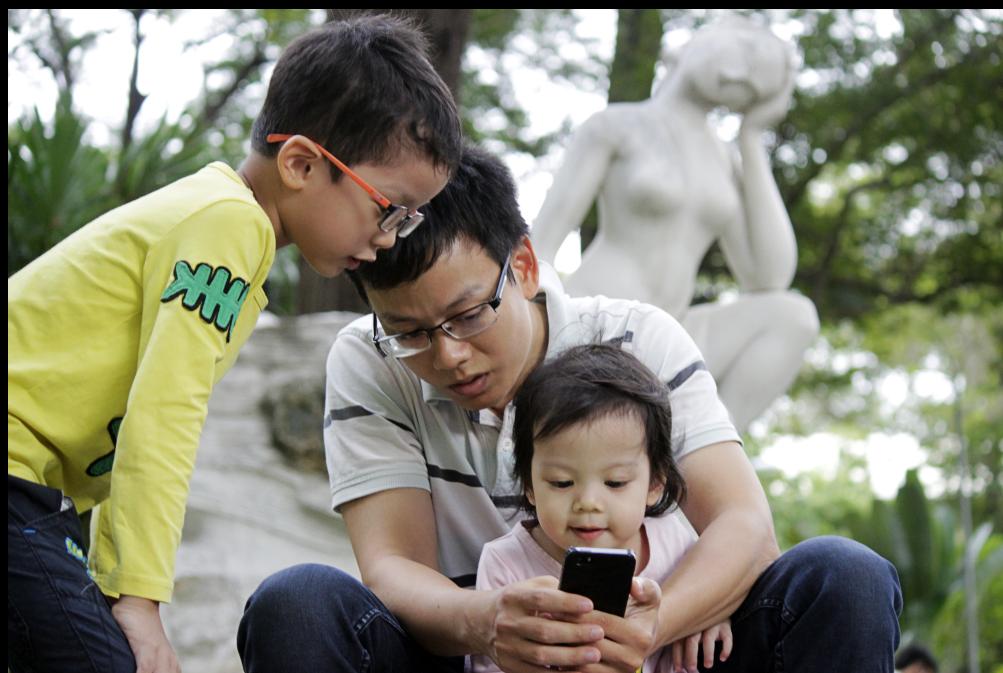 Buổi trưa, nhiều phụ huynh tranh thủ thời gian rảnh đưa con em dạo công viên Tao Đàn, cả nhà thích thú thử nghiệm với trò chơi Pokemon.