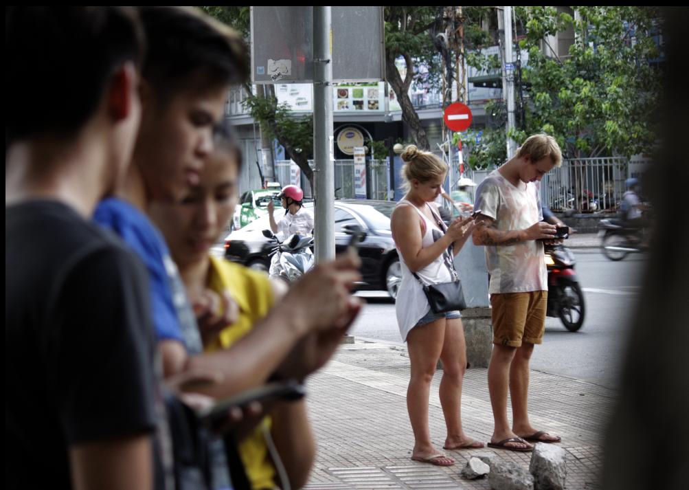 Không chỉ có người Việt, nhiều người nước ngoài đi du lịch tại TP HCM cũng bị cuốn hút vào trò chơi này. Thay vì đi tham quan du lịch, những người này lại lòng vòng công viên để bắt Pokemon.