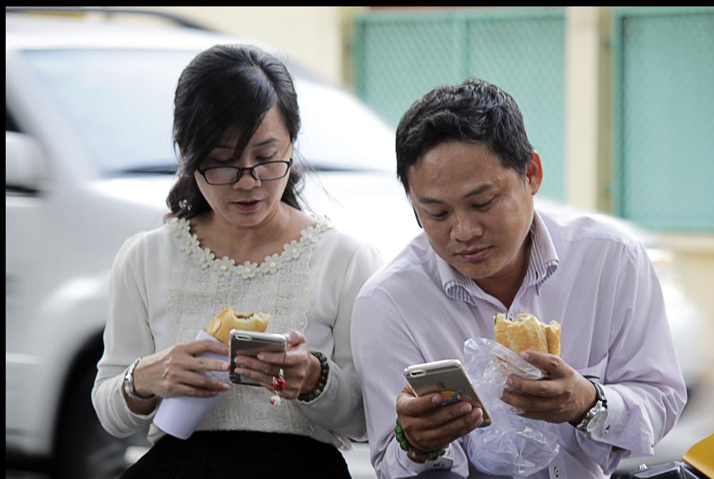 Buổi chiều, hai người này vừa tan sở đã chạy ra công viên Tao Đàn, vừa ăn vội ổ bánh mì vừa chăm chú chơi game Pokemon. Anh Trần Văn Minh giải thích: Ban ngày mình đi làm, tranh thủ buổi chiều tan ca là phóng qua bắt Pokemon một lúc.