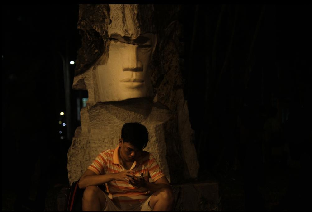 Mặc dù theo quy định, công viên Tao Đàn phải đóng cửa lúc 21 giờ 30. Tuy nhiên, quá 0 giờ, nhiều người vẫn nán lại để tiếp tục chơi. Anh Nguyễn Minh Triều thú thật: Ban ngày mình bận đi làm không chơi được, nên ban đêm tranh thủ đi bắt để bù lại.