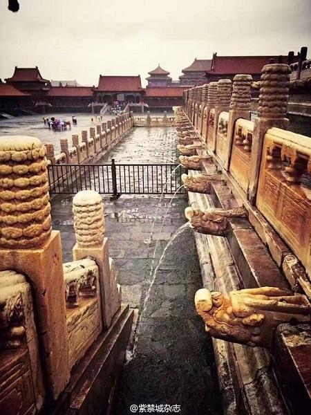 Những điểm thoát lũ hình đầu rồng ngăn chặn ngập lụt. Ảnh: Shanghaiist