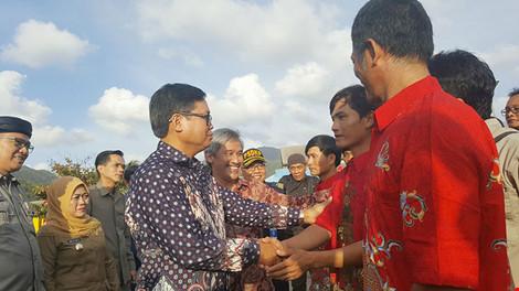 Đại sứ Việt Nam tại Indonesia Hoàng Anh Tuấn gặp gỡ ngư dân Việt Nam được Indonesia trao trả ngày 14-9