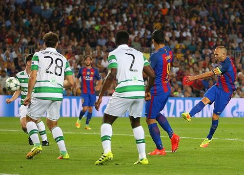 Thủ quân Iniesta cũng có bàn thắng cho riêng mình