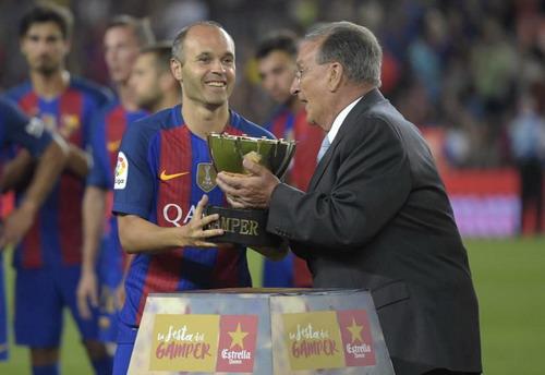 Thủ quân Iniesta nhận cúp Joan Gamper