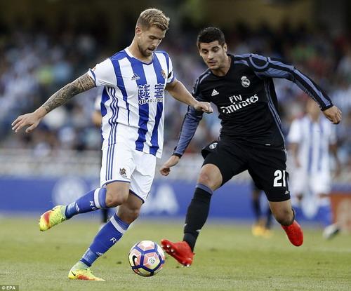 Inigo Martinez tranh chấp bóng với Morata