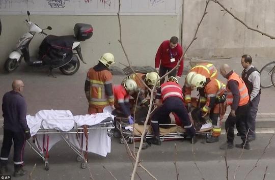 Cấp cứu người bị thương tại nhà ga tàu điện ngầm Maelbeek - Ảnh: AP