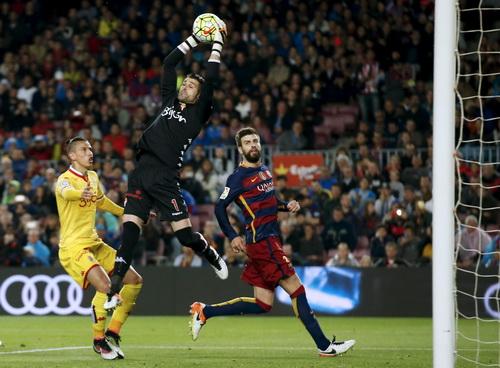 Thủ môn Ivan Cuellar (Gijon) làm việc vất vả trước các chân sút Barcelona