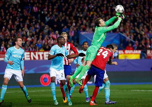 Thủ môn Jeroen Zoet bắt bóng trên đầu các cầu thủ Atletico