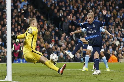 Joe Hart thành công khi đối đầu với Pepe ở cuối trận