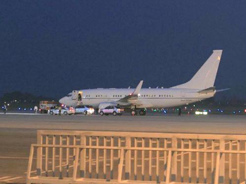 Chuyên cơ chở Ngoại trưởng John Kerry đã tới sân bay quốc tế Nội Bài tối 22-5 - Ảnh: CTV