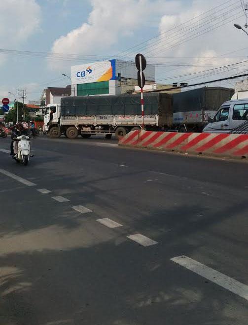 Xe tải chết máy nằm chắn ngang đường