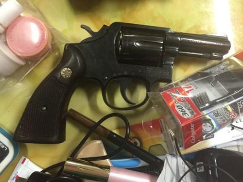 Khẩu súng colt trong hành lý của cặp vợ chồng mà người chồng khai là cảnh sát Thái Lan - Ảnh: ANTĐ