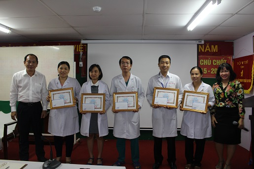 Lãnh đạo Sở Y tế thưởng nóng cho tập thể y bác sĩ xử trí ca sản nhi vừa qua.