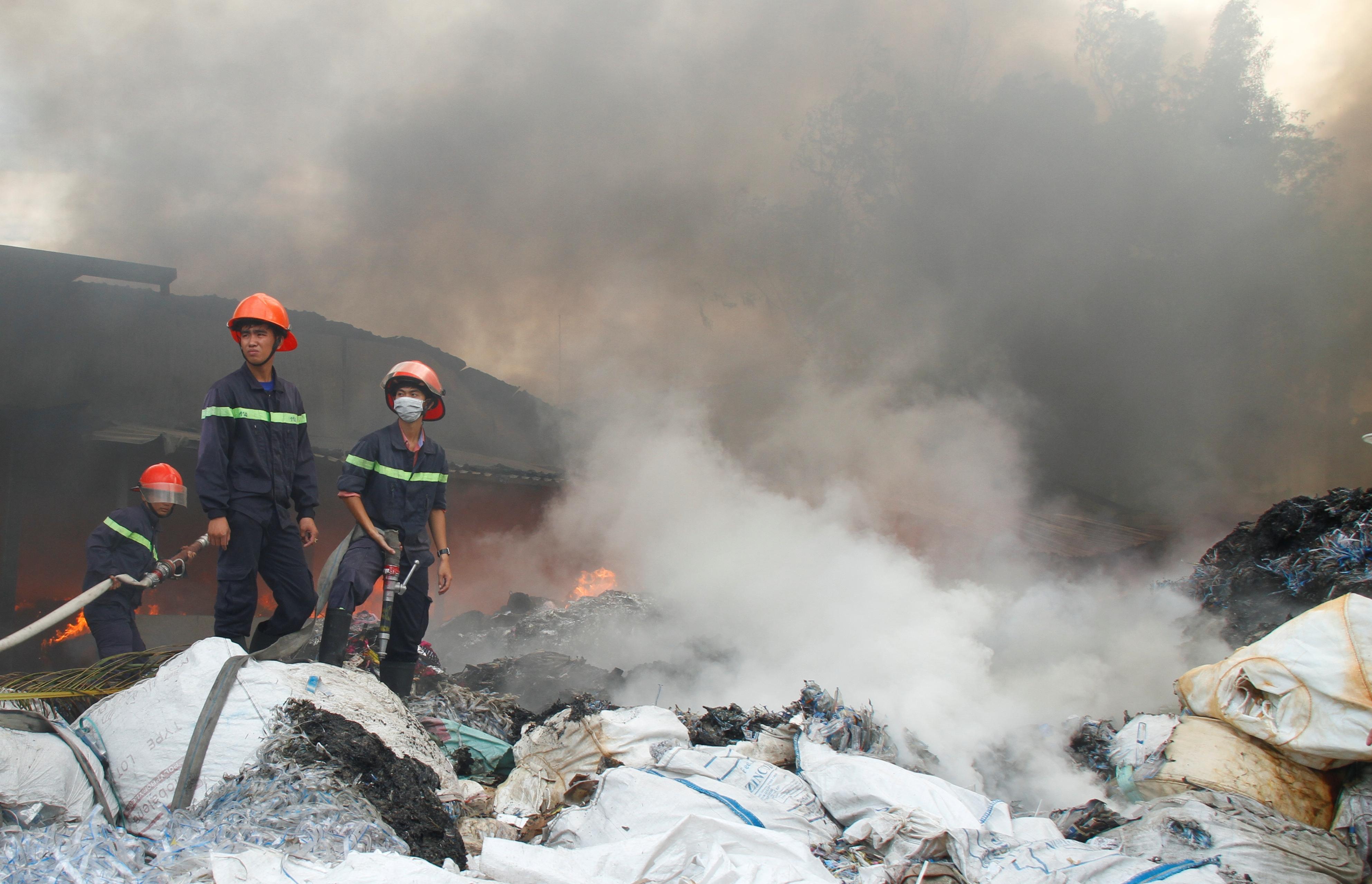 Khó lửa ngút trời tại khu nhà xưởng