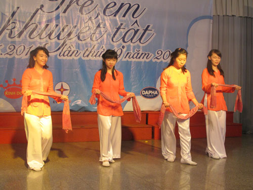 """Các thiếu nhi khuyết tật tham gia biểu diễn trong chương trình """"Ngày hội tuổi thơ 2015"""" tại Cung Văn hóa Lao động TP HCM"""