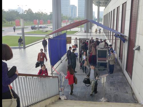 Kiểm tra an ninh trước khi vào Trung tâm báo chí Đại hội XII