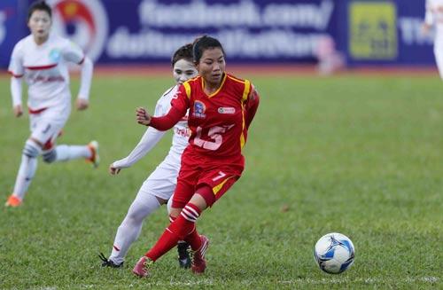 Kim Hồng thi đấu tích cực trong trận TP HCM 1 thắng Thái Nguyên