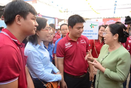 Phó Bí thư Thành ủy TP HCM Võ Thị Dung động viên các chiến sĩ tình nguyện trước giờ xuất quân Kỳ nghỉ hồng