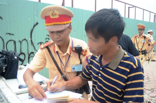 Một người dân vi phạm nồng độ cồn bị tước giấy phép lái xe và phạt tiền từ 2-3 triệu đồng