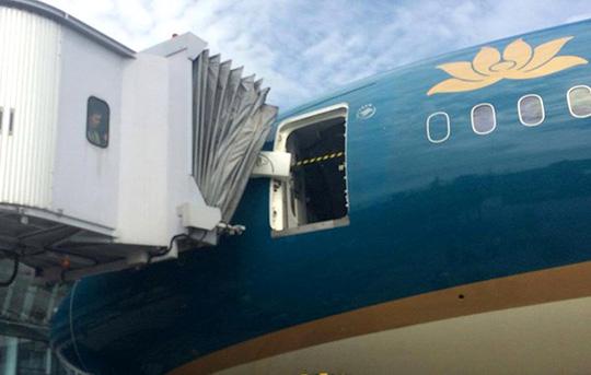 Cửa trước máy bay Boeing 787-9 bị hỏng bản lề sau khi va chạm với ống lồng - Ảnh: Infonet