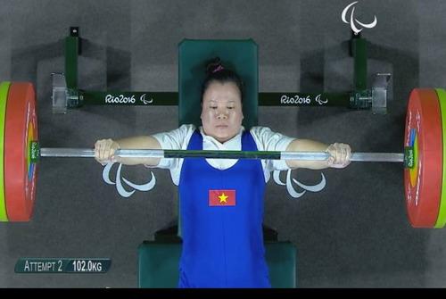 Linh Phượng ở lần thi thứ nhì, đạt thành tích 102 kg