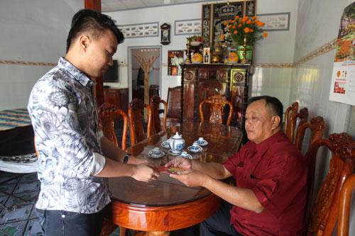 Lì xì mừng tuổi, phong tục đẹp trong ngày Tết ở Việt Nam Ảnh: Hoàng Triều