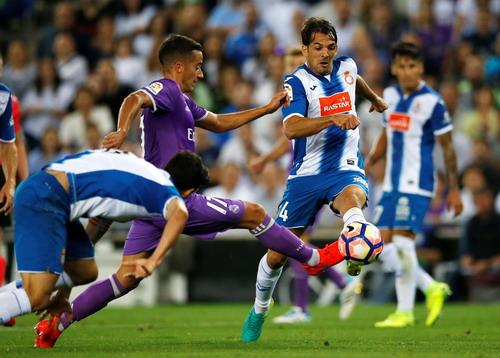 Lucas Vazquez đi bóng trước hàng thủ Espanyol