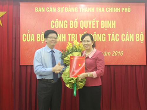 Ông Mai Văn Chính trao quyết định của Bộ Chính trị cho bà Lê Thị Thủy - Ảnh: TTCP