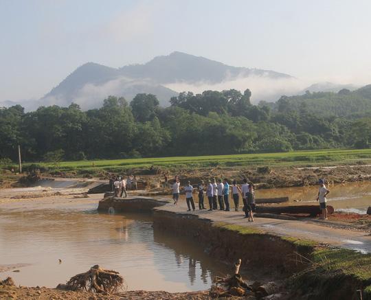Lực lượng chức năng đang tiếp tục tìm kiếm các nạn nhân bị mất tích trong trận lũ quét ngày 14-9